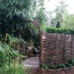 Afscheiding van wilgentenen en kastanjehouten palen