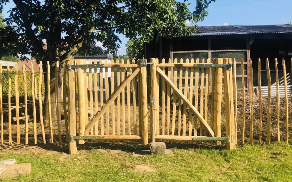 Schapenhek 120 cm H met latafstand 8 cm en een dubbele rondhoutpoort 100 m br x 120 cm hoog (per poortdeel)