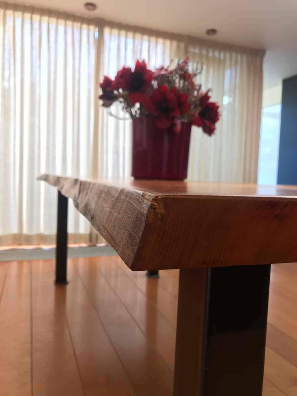 Behandelen van een houten tafel